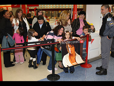 Passo a passo, Mickael Carreira está a construir uma carreira de sucesso. Tal como seu pai, Tony Carreira, o jovem cantor presta especial atenção aos fãs, tratando-os com simpatia e carinho.  Repórteres de SapoFama assistiram há dias a mais uma concorrida sessão de autógrafos de Mickael, no centro comercial Colombo, em Lisboa. Veja!  (Fotos: Salvador Colaço/SapoFama)