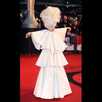 Palavras para quê? Ela é Lady Gaga, na passadeira vermelha estendida á porta de Earls Court, em Londres, onde decorreu a gala da 30ª edição dos