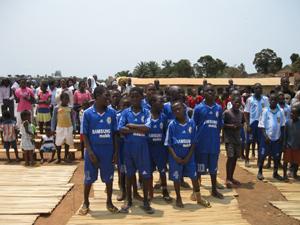 76e22a418d Crianças de Quibaxe recebem equipamento desportivo