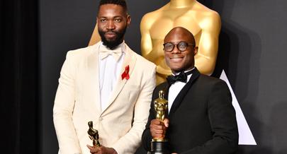 fd32fd596 O drama do realizador Barry Jenkins (à direita) arrecadou o troféu mais  desejado da noite dos Óscares numa cerimónia realizada em Los Angeles