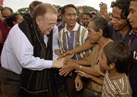 Presidente português, Jorge Sampaio cumprimenta uma mulher timorense a frente da sede da Administração Transitória das Nações Unidas em Timor Leste