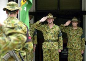 Comandante da Força Internacional no Timor-Leste (INTERFET),  Major General Peter Cosgrove (C) saúda durante uma cerimônia de bandeira INTERFET redução