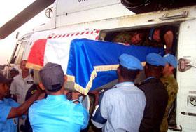 O caixão do funcionário croata da ONU é tirado do helicóptero na chegada em Dili 07 de setembro de 2000.