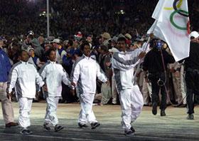 A delegação timorense, presente na cerimónia de abertura dos Jogos Olímpicos de Sydney, que desfilou com a bandeira do Comité olímpico