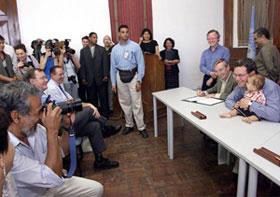 O Ministro de Negócios Estrangeiros australiano Alexander Downer com o filho do dirigente timorense Xanana Gusmão, Alexandre, depois da assinatura do Memorando de Entendimento sobre o acordo de Petróleo do Timor Gap com o governo do Timor Leste.
