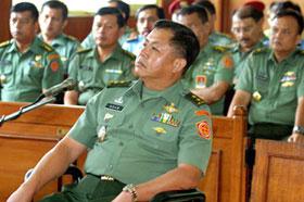 Antigo comandante militar indonésio de Udayana, o major-general Adam Damiri (C), durante o julgamento dos direitos humanos num tribunal de Jacarta Central.