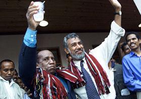 Os candidatos presidenciais, Xanana Gusmão (D) e Xavier do Amaral, durante a campanha eleitoral de 2002.