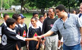 Eusebio distribuiu dezenas de bolas de futebol, durante a visita a tres escolas da capital timorense, no ambito da campanha
