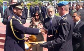 O primeiro-ministro de Timor-leste, Xanana Gusmão (C), assiste à passagem da Missão das Nações Unidas (UNMIT) pelo Comissário Luís Carrilho (D), a responsabilidade pelo policiamento em todo o país ao comando geral da Polícia Nacional de Timor-Leste (PNTL).