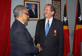 O Presidente de Timor-Leste, Ramos Horta (E), cumprimenta o duque de Bragança, D. Duarte de Bragança (D), durante a cerimónia que atribuiu a nacionalidade timorense e uma condecoração a D. Duarte.