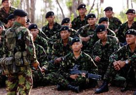Royal Gurkha Rifles de infantaria do Exército Britânico são informados por seu comandante durante uma sessão de treino no Quartel Robertson.