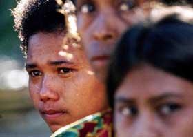 Jovens choram no domingo de 11 de abril de 1999 durante uma missa na igreja de Liquiça