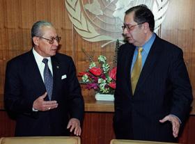 Os Ministros dos Negócios Estrangeiros Jaime Gama e Ali Alatas, numa conversa antes do encontro com Kofi Annan, sobre a situação no Timor Leste