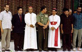 Os signatários e testemunhas de um Pacto de Paz depois de cerimônia de assinatura