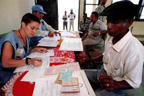 Um timorense mostra os seus documentos no recenseamento feito pela ONU no Bairro Pite, Dili.