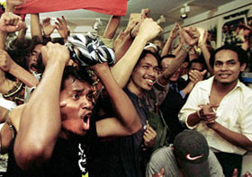 Timorenses residentes em Lisboa celebram depois do anúncio do resultado de referendo feito pelo Kofi Annan, confirmando esmagadora vitória (78,5 por cento) dos timorenses que escolheram a independência.