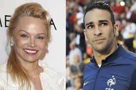 Pamela Anderson está noiva de jogador da seleção francesa
